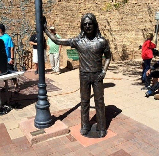 """A life-size statue of late musician Glenn Frey of the Eagles has been installed in the """"Standing On The Corner"""" Park in Winslow, Arizona. (Photo: Route 66 News)"""