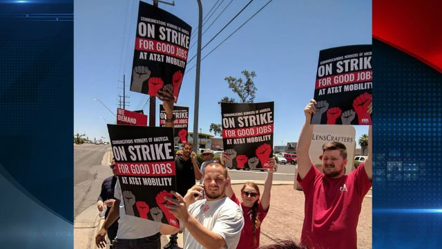 AT&T workers on strike at 4545 N. Oracle Road (Vanessa Steed photo)