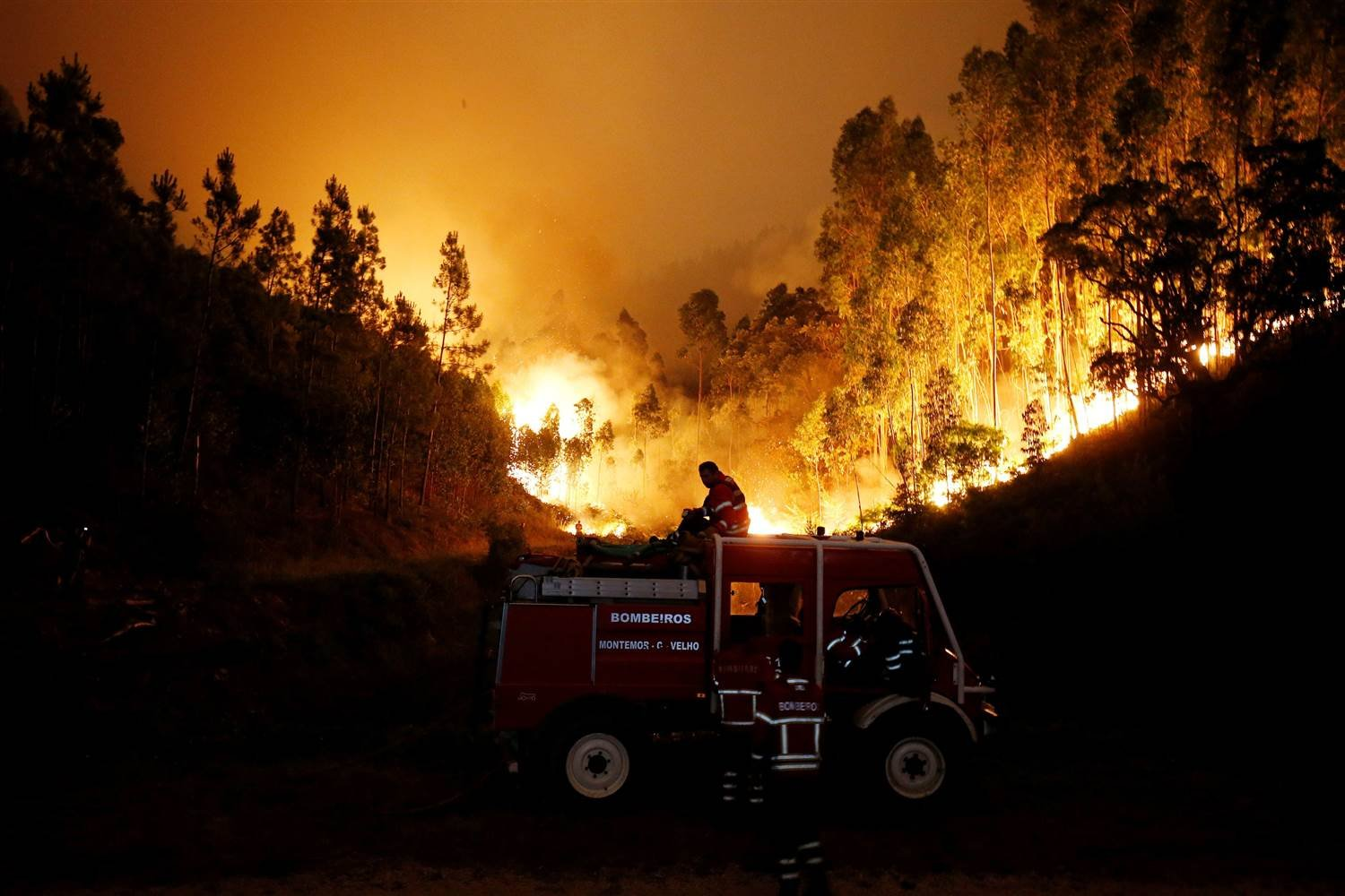 Firefighters work to put out a forest fire near Bouca, in central Portugal. RAFAEL MARCHANTE / Reuters