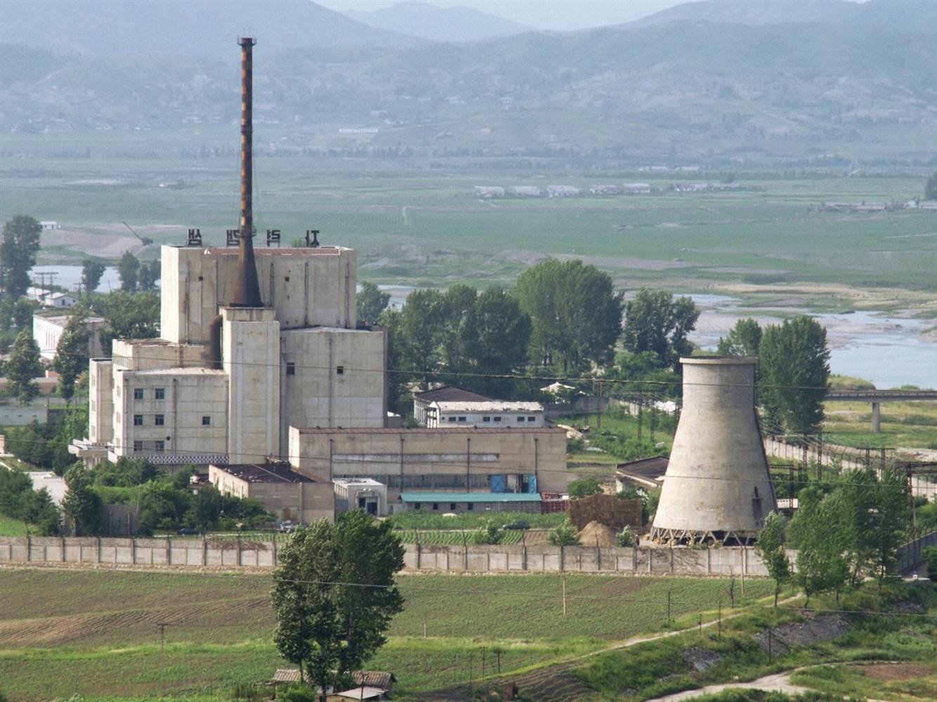 File photo shows North Korea's Yongbyon nuclear complex before its cooling tower was demolished on June 27, 2008. (Kyodo)