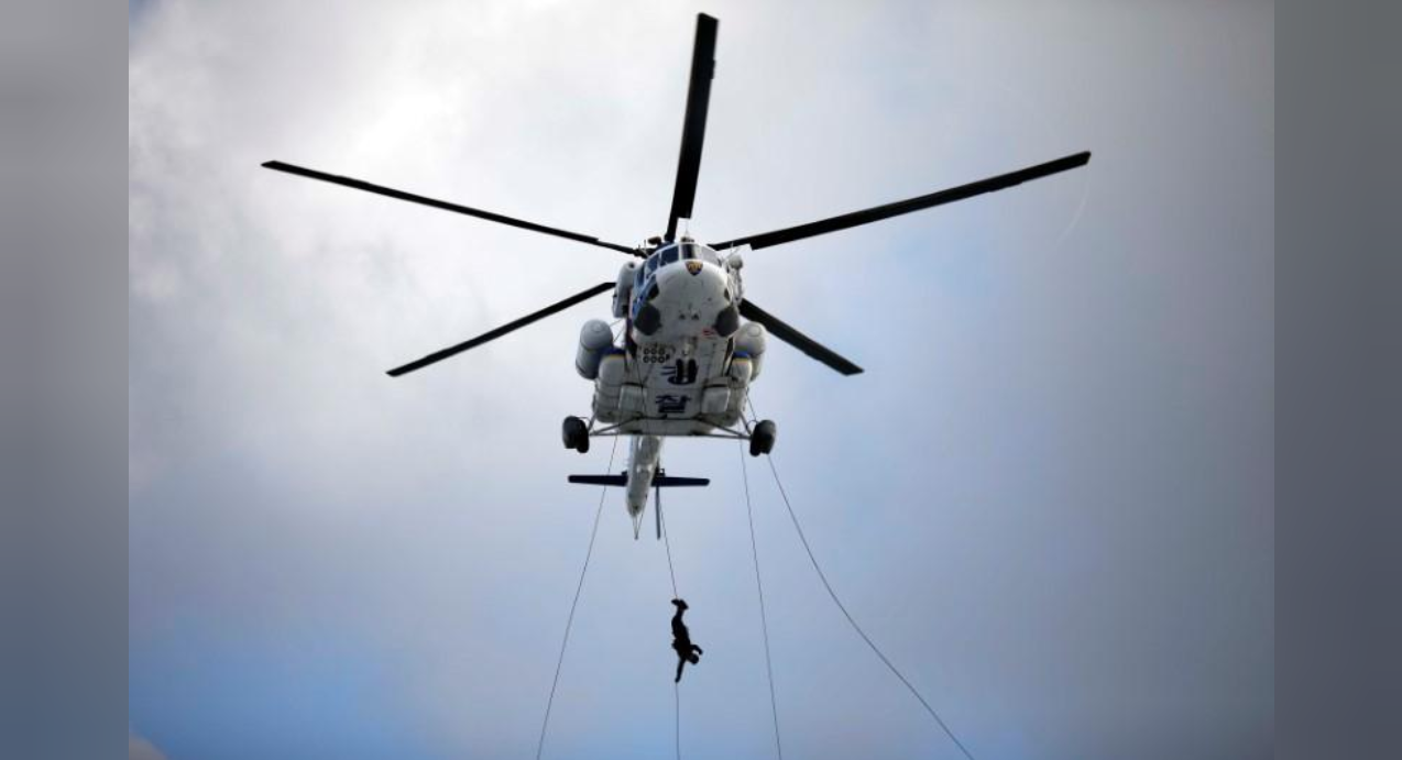 FILE PHOTO: A member of Special Weapon and Tactics (SWAT) rappels down during an anti-terror drill as a part of the Ulchi Freedom Guardian exercise in Goyang, South Korea August 21, 2017. (REUTERS/Kim Hong-Ji / File Photo)